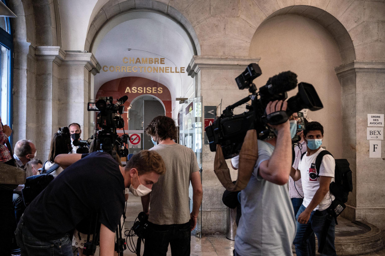 2021年6月10日,在瓦朗斯法院前,等待的媒體記者們。