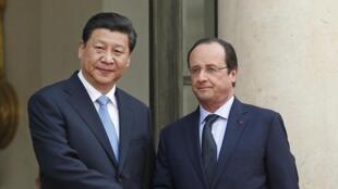 Le président chinois Xi Jinping a été accueilli par François Hollande mercredi après-midi à l'Elysée, où se concrétiseront les enjeux économiques de sa visite. Paris, le 26 mars 2014.