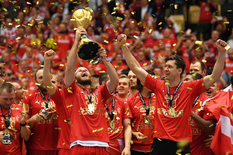 Le handballeur danois Mikkel Hansen (centre) et ses équipiers sont devenus champions du monde lors du Mondial-2019, à Herning (Danemark), le 27 janvier 2019