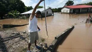 Un hombre muestra una víbora capturada tras intensas lluvias en Marcovia, el 17 de octubre.