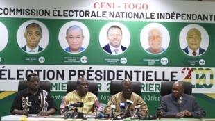 Le président de la Céni Tchambakou Ayassor (2eD), entouré d'autres membres de la commission, annonce les résultats de l'élection présidentielle togolaise à Lomé, le 24 février 2020.