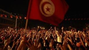 دیشب  ۷ مرداد/ ٢٩ ژوئیه ٢٠١٣ ، هزاران نفر در  مقابل مقر مجلس مؤسسان تونس تظاهرات کرده و خواستار انحلال مجلس شدند.