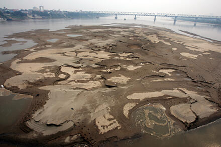 Sông Hồng, đoạn gần cầu Long Biên (Hà Nội), mùa khô năm 2011.