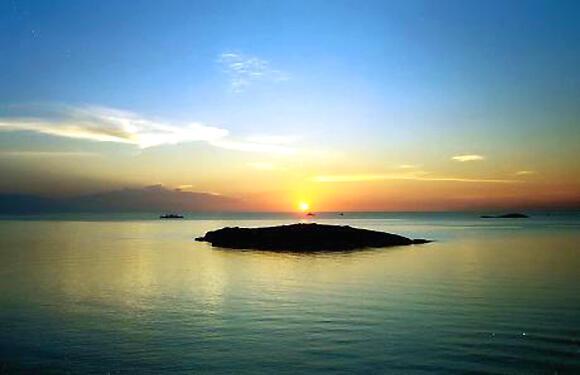 Mặt trời lặn trên bãi biển Ibiza (DR)