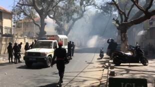 A Dakar, le rassemblement de l'opposition était interdit ce vendredi 9 mars, les forces de l'ordre ont évacué les militants en utilisant des gaz lacrymogènes.