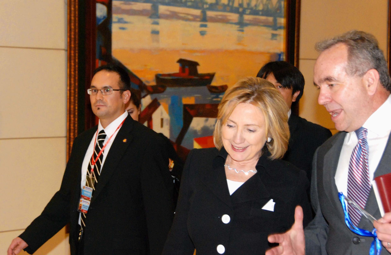 Ngoại trưởng Mỹ Hillarry Clinton và trợ lý Kurt Campbell (phải) tại Hà Nội ngày 30/10/2010