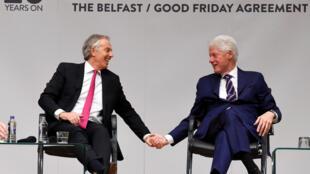 O ex-primeiro-ministro Tony Blair (e) junto com o ex-presidente norte-americano Bill Clinton relembram as negociações que resultaram no acordo de paz na Irlanda do Norte, há 20 anos.