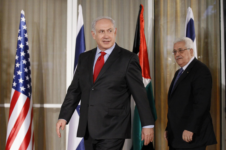 Wazir9i mkuu wa Israel Benyamin Netanyahu (kushoto), akiwa pamoja na rais wa Mamlaka ya Palestina Mahmoud Abbas (kulia), mwaka 2010 katika mji wa Jérusalem.