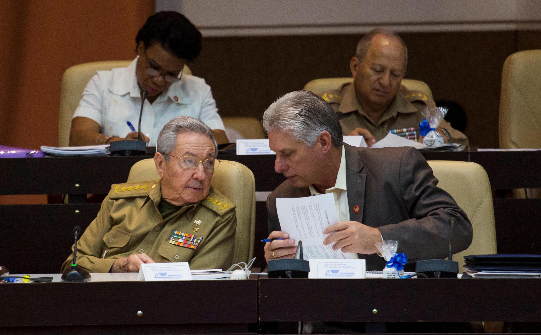 El presidente del Consejo de Estado y de Ministros, Raúl Castro (izquierda), habla con el Vicepresidente Miguel Diaz-Canel, La Habana,  21/12/2017