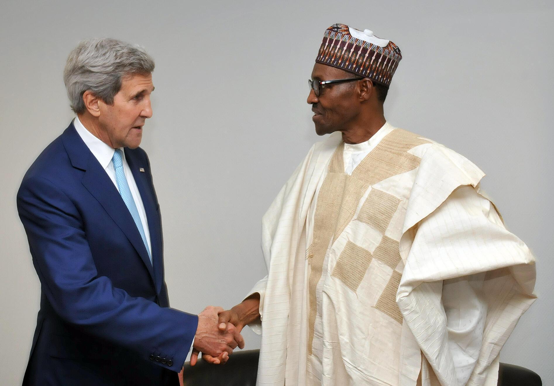 Le secrétaire d'Etat américain John Kerry  et le président nigérian Muhammadu Buhari.