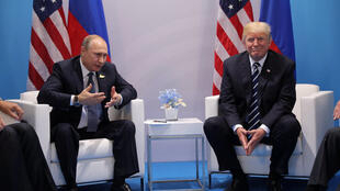 Presidentes da Rússia, Vladimir Putin (esq.) e dos EUA, Donald Trump, conversaram durante mais de duas horas no G20, em 7 de julho de 2017