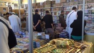Au Salon international du livre d'Alger, de nombreux visiteurs viennent pour les ouvrages religieux ainsi que les livres parascolaires.