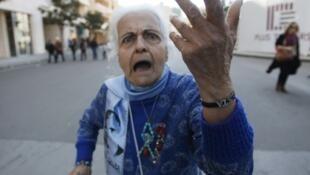 Una simpatizante de Saad Hariri gesticula al llegar a la manifestación contra el arsenal del Hezbolá, el 13 de marzo en Beirut.
