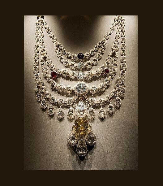 Colar do Marajá de Patiala, criado pela Cartier, em exposição em Londres em 2009