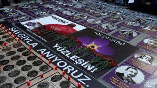 Портреты жертв геноцида армян в Османской Турции, размещенные активистами в центре Стамбула, 24 апреля 2017.