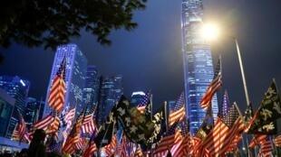 Người biểu tình cầm cờ Mỹ tại quảng trường Edinburgh, Hồng Kông ngày 28/11/2019 để cảm ơn việc Hoa Kỳ thông qua dự luật nhân quyền Hồng Kông.
