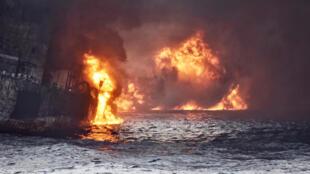 """شعلههای سفرۀ نفتی """"سانچی"""" نفتکش ایرانی غرق شده در دریای چین"""