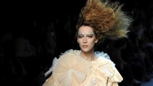 Modelo apresentado no desfile da Dior, no Museu Rodin.