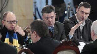 Os líderes da oposição ucraniana Oleg Tyagnibok (no centro), Arseny Yatsenyuk (à esq.) e Vitali Klitschko (à dir.) em Kiev, neste 13 de dezembro de 2013.