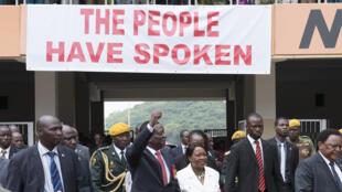 Emmerson Mnangagwa tareda matarsa sun iso filin wasa na birnin Harare