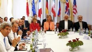 Lãnh đạo các nước phương Tây và Iran tại bàn đàm phán ở Vienna, ngày 06/07/2015..