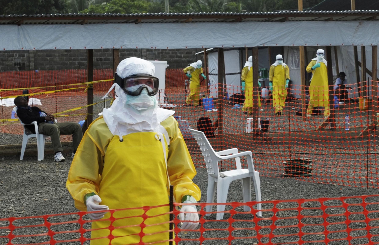 Des collaborateurs de Médecins sans frontières dans un camp d'isolement pour les malades atteints du virus Ebola, à Monrovia au Liberia.