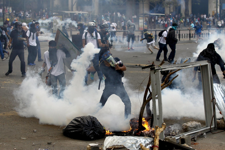 Cenas de guerrilha urbana na praça Altamira, em Caracas, durante protesto antigoverno nesta quinta-feira.