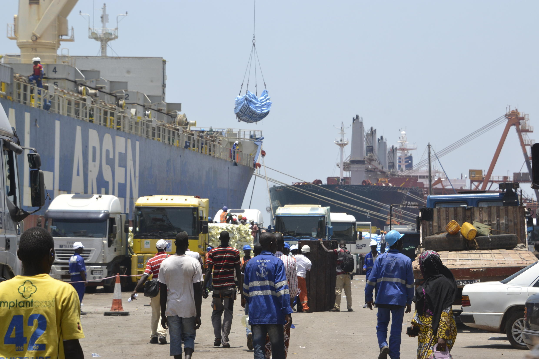 Des camions chargés de riz sont garés à un quai d'expédition du port autonome de Conakry, le 13 avril 2016.