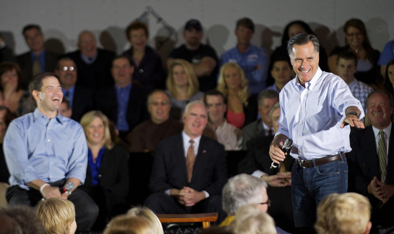 O pré-candidato Republicano, Mitt Romney (d), durante campanha nesta segunda-feira, em Aston, Pensilvânia.