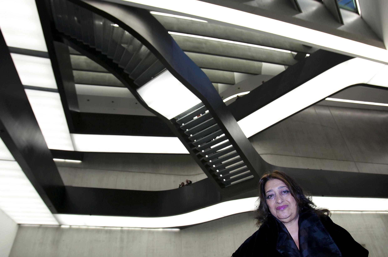 A anglo-iraquiana Zaha Hadid, um dos principais nomes da arquitetura contemporânea, posa diante do MAXXI, em Roma.