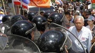 Vários manifestantes antigovernamentais, foram até a base militar orientados por seu líder, Suthep Thaugsuban, exigindo a renuncia do primeiro-ministro.