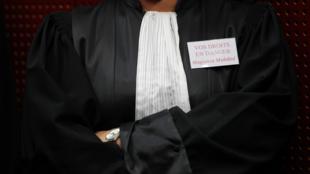 """Un juez lleva una etiqueta """"Sus derechos están en peligro. Juez en lucha"""" en el Tribunal de Justicia de Nantes, el  4 de febrero de 2011."""