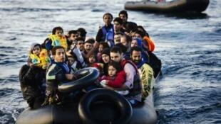 Мигранты у греческого острова Лесбос 14 октября 2015.