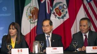 Les ministres du commerce du Pérou, de Singapour et du Vietnam (de g à d) lors des négociaitions sur le traité transpacifique, à Hawaï, le 31 juillet 2015.