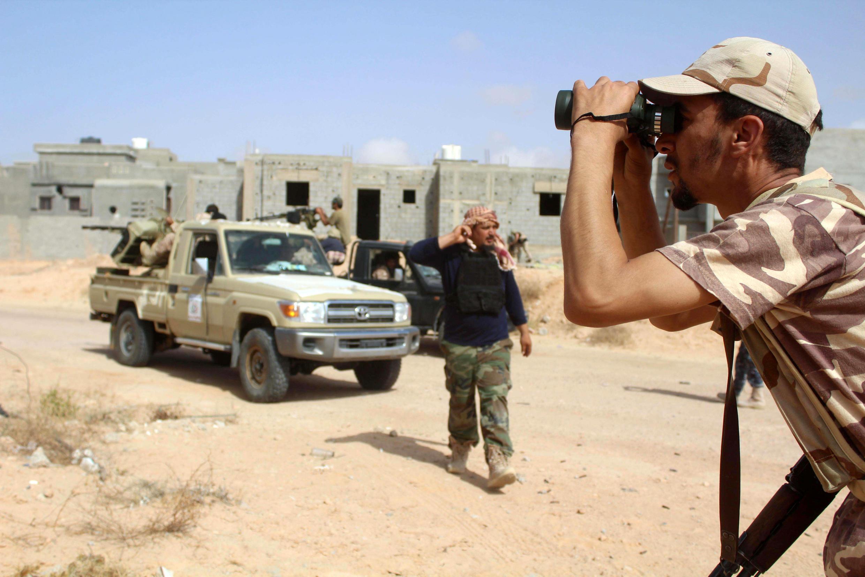 Mpiganaji wa vikosi vinavyotii serikali mpya ya Umoja nchini Libya akichunguza eneo la kundi la Islamic State katika eneo la Algharbiyat katika mji wa  Syrte, Juni 21, 2016.