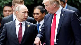 Tổng thống Nga, Vladimir Putin (T) và đồng nhiệm Mỹ, Donald Trump tại thượng đỉnh APEC, Đà Nẵng, Việt Nam ngày 11/11/2017.