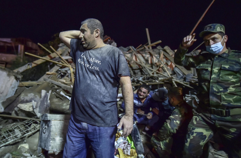 Lực lượng cứu hộ giúp đỡ thường dân ở Gandja, thành phố lớn thứ hai của Azerbaïdjan, bị pháo kích, ngày 17/10/2020.