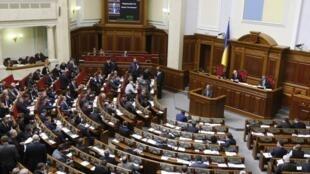 La Rada, le parlement ukrainien (ici en mars 2014), et la Banque centrale ont récemment beaucoup travaillé à libéraliser et à réguler le commerce électronique.