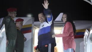 """El presidente venezolano, Hugo Chávez,  partió el lunes 30 de abril de 2012 hacia Cuba para someterse a la """"recta final"""" de radioterapia  contra el cáncer que padece."""
