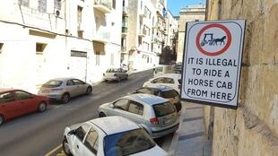 Dans la vieille ville de La Valette, les calèches sont interdites, pas les automobiles...