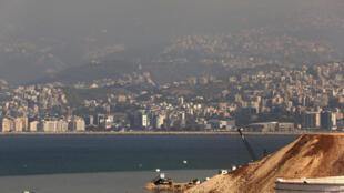 Vue de la décharge de Bourj Hammoud, au Liban. Au loin, Beyrouth.