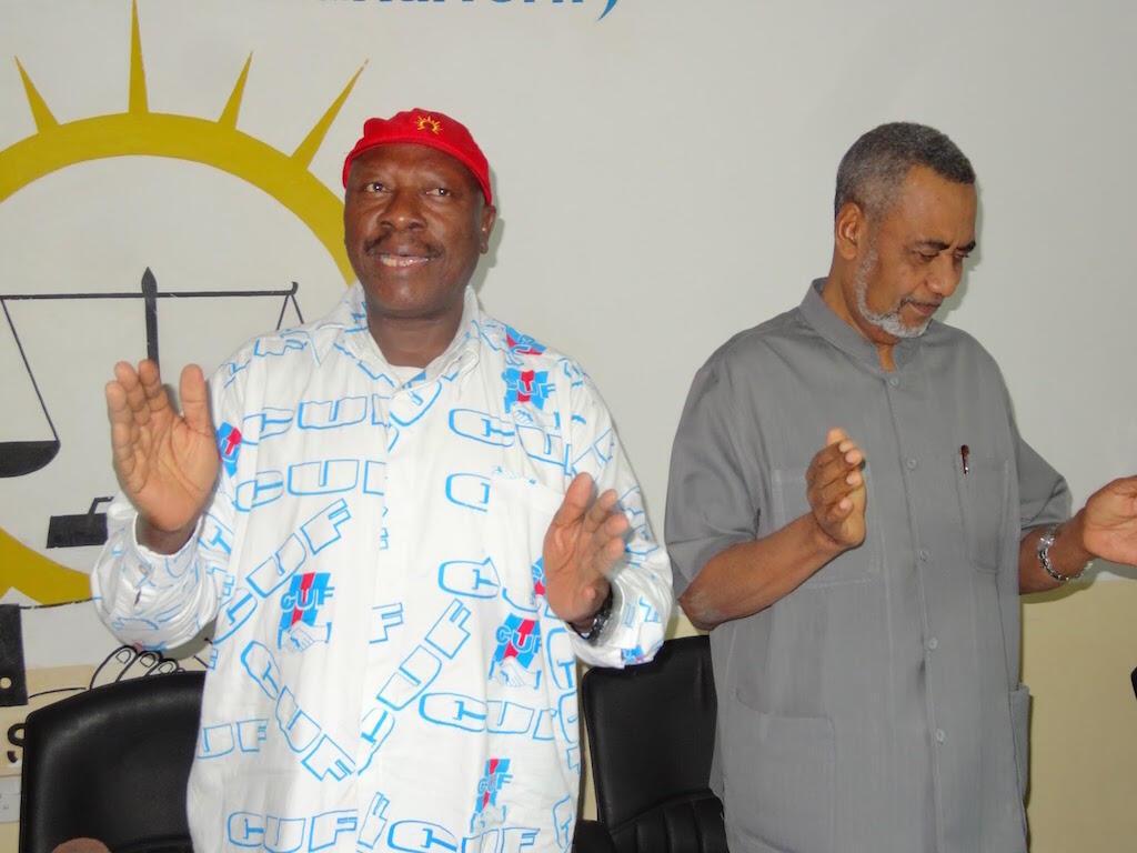 Ibrahim Lipumba (kushoto)  akiwa na katibu mkuu wa chama  cha CUF Seif Shariff Hamad