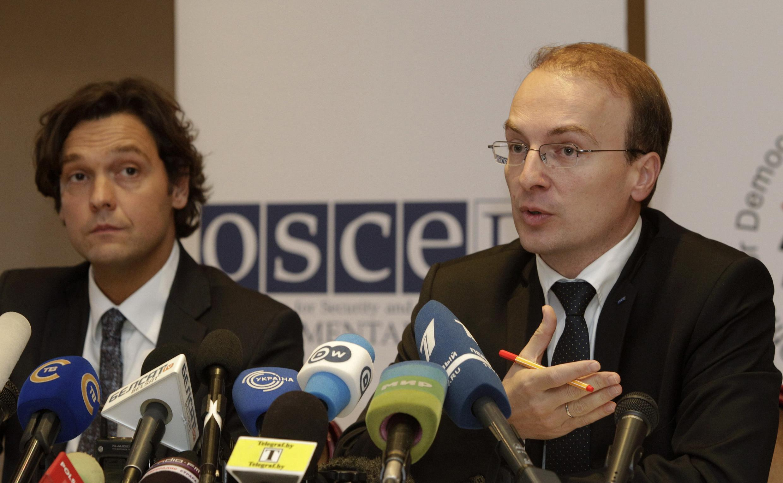 Antonio Misososki, chef des observateurs de l'OSCE en Biélorussie (d), lors d'une conférence de presse à Minsk, le 24 septembre 2012.