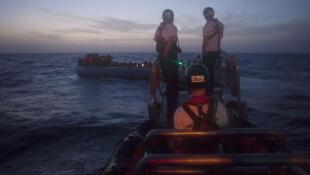 Les sauveteurs de l'Aquarius qui travaillent en pleine  nuit.