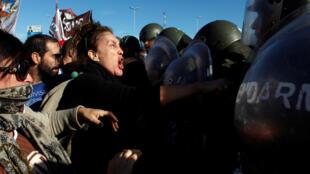 Des affrontements entre forces de l'ordre et manifestants ont eu lieu à Buenos Aires, le 6 avril 2017.