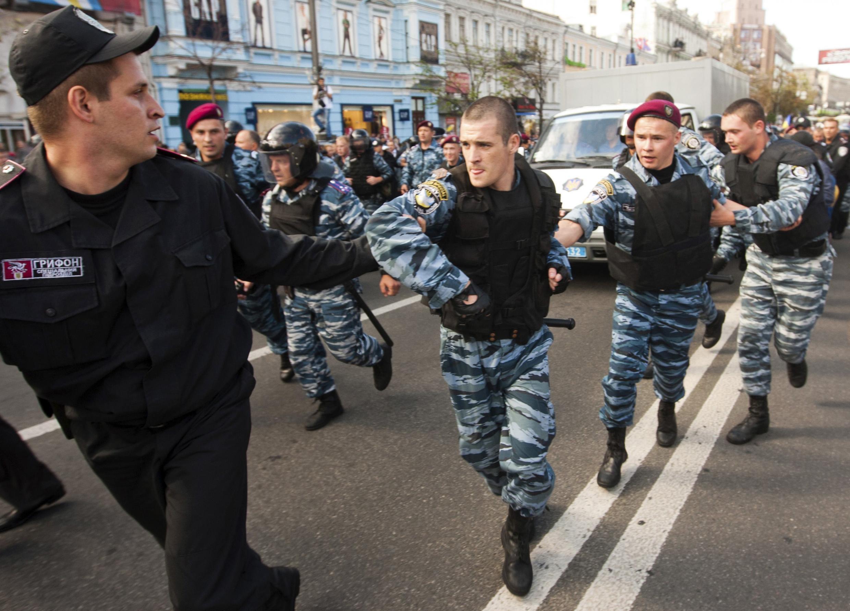 Quelque 200 policiers des forces spéciales ont escorté le fourgon blindé qui transportait  Ioulia Timochenko vers un centre de détention de Kiev.