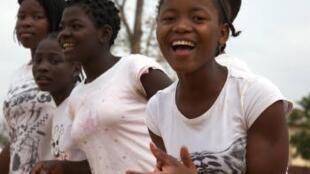 No âmbito dos rituais de iniciação para a idade adulta, meninas de certas comunidades rurais da zona de Niassa, Nampula e Cabo Delgado, são submetidas à prática do alongamento vaginal.