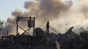 Un Palestinien inspecte un camp d'entraînement du Hamas, après que celui-ci a été visé par un raid israélien, ce 24 décembre 2013.