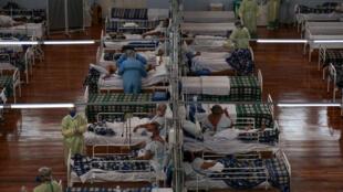 Os pacientes afetados pelo coronavírus são tratados em um hospital estabelecido em uma academia em Santo André, São Paulo, Brasil, em 11 de maio de 2020.