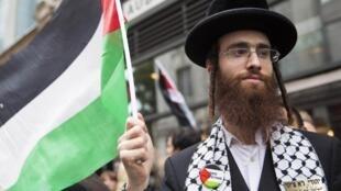 Un juif ultra-orthodoxe lors d'un rassemblement pour la paix en Palestine à Londres, le 11 juillet 2014.
